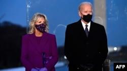 က်မ္းသစၥာ က်ိန္ဆိုမယ့္ Joe Biden ႏွင့္ ဇနီးသည္ သမၼတ လင္ကြန္း အထိမ္းအမွတ္ ျပတိုက္မွာ က်င္းပတဲ့ COVID 19 ေၾကာင့္ အသက္ေသဆုံးခဲ့ရသူေတြအတြက္ ဆုေတာင္းပြဲ အခမ္းအနားကို တက္ေရာက္ခဲ့