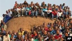 Các thợ mỏ tập trung tại 1 lễ tưởng niệm những đồng nghiệp bị cảnh sát bắn chết, ở mỏ Lonmin gần Rustenburg, Nam Phi, 23/8/2012