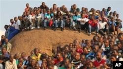 Ribuan orang menghadiri misa di komplek pertambangan platina Lonmin PLC dekat kota Rustenburg, Afrika Selatan (23/8). Misa diadakan bagi 34 pekerja tambang yang ditembak mati polisi 16 Agustus lalu.