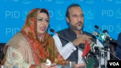 Menteri Informasi Pakistan Firdous Ashiq Awan (kiri) menyebut pernyataan Laksamana Mullen tidak bertanggung jawab (8/7).