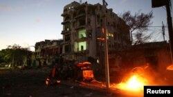 1일 소말리아 모가디슈의 호텔에 자살폭탄 테러가 발생해 주변 차량이 불에 타고 있다.