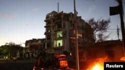 Un véhicule brûlant devant l'hôtel Ambassador, Mogadiscio, le 1er juin 2016. (REUTERS/Feisal Omar )