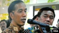 Presiden Joko Widodo bersama Menteri Perdagangan Rahmat Gobel di BKPM (26/1). (VOA/Iris Gera)