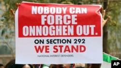 Des manifestants devant le secrétariat du Barreau du Niger protestent contre la suspension du président de la cour suprême du Nigeria, Walter Onnoghen, à Abuja, Nigeria, le 28 janvier, 2019.