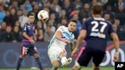 Marseille's forward Florian Thauvin, left, kicks the ball past Bordeaux's defender Gregory Sertic, during the League One soccer match between Marseille and Bordeaux, at the Velodrome stadium, in Marseille, southern France, Sunday, Oct. 30, 2016.
