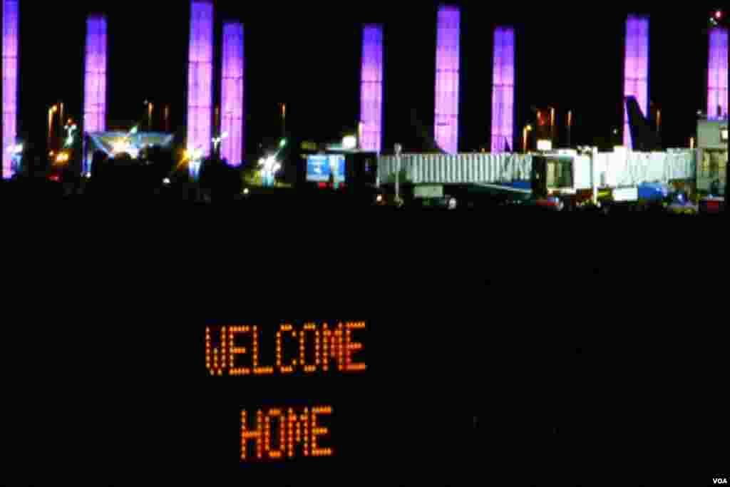 欢迎奋进号回家的灯光标志