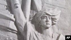 陈维明制作的民主女神像浮雕