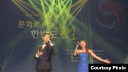 지난 30일 서울에서 열린 '문화로 여는 한반도 통일' 콘서트에서 김진(왼쪽), 강민경 성악가가 공연하고 있다.