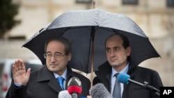 Wakil Menteri Luar Negeri Suriah, Faisal Mekdad (kiri) setibanya di markas besar PBB di Jenewa, Swiss untuk memberikan keterangan kepada wartawan terkait pembicaraan dengan oposisi (10/2).
