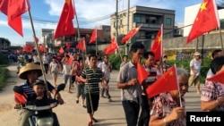 烏坎村民6月20日舉著國旗遊行抗爭
