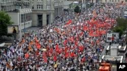 数万人在莫斯科示威抗议普京的统治