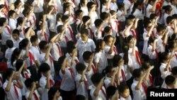 Học sinh hát quốc ca trong lễ khai mạc năm học mới tại một trường học ở Hà Nội, ngày 5/9/2015.