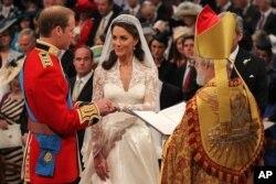 威廉王子和凯瑟琳在婚礼上交换戒指