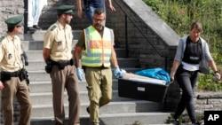 Petugas polisi meninggalkan hotel dimana migran Suriah pelaku bom bunuh diri tinggal sebelum insiden di Ansbach, Jerman.