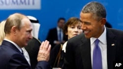 រូបថតឯកសារ៖ ប្រធានាធិបតី បារ៉ាក់ អូបាម៉ា (ស្តាំ) និយាយជាមួយប្រធានាធិបតីរុស្ស៊ី Vladimir Putin នៅមុនកិច្ចប្រជុំក្រុមប្រទេស G-20 ក្នុងប្រទេសតួកគី កាលពីថ្ងៃទី១៦ ខែវិច្ឆិកា ឆ្នាំ២០១៥។