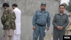 په عکس کې د پولیسو تر څنګ صلاح الدین لیدل کیږي چې سپینې جامې یې اغوستې دي