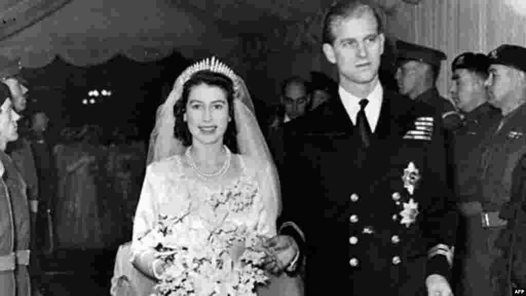 ملکہ الزبتھ نا صرف برطانیہ بلکہ دولت مشترکہ کے ممالک اور چرچ آف انگلینڈ کی سربراہ ہیں۔