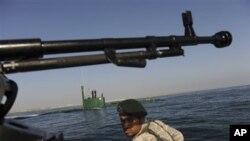 Seorang anggota angkatan Laut Iran sedang bertugas di Teluk Oman (Foto: dok). Angkatan Laut Iran berhasil membebaskan 28 awak kapal Tiongkok dari perompak Somalia yang beroperasi di wilayah perairan negara itu.