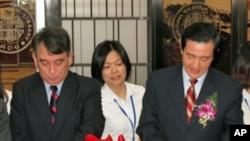 美國在台協會處長司徒文(左)與台灣總統馬英九(右)。(資料圖片)