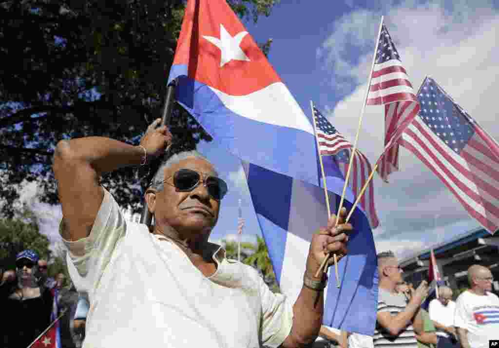 Organizaciones de exiliados cubanos convocaron a protestas pacíficas en Miami a fines de diciembre de 2014, luego del anuncio de la reapertura para expresar su disgusto con las medidas de normalización de las relaciones bilaterales anunciadas por el presidente Barack Obama.