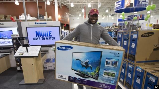 Jovel Cetoute, setelah mengantri selama berjam-jam di depan Best Buy di Pembroke Pines, Florida, mendapat televisi yang ia idam-idamkan (22/11).