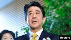 17일 일본 아베 신조 총리가 내각 회의를 마친 뒤 기자들의 질문에 답하고 있다.