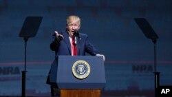 """""""Ustedes me apoyaron en grande y yo voy a hacer lo mismo por ustedes"""", dijo Trump a los miles de asistentes a la Convención Anual del NRA, en Atlanta, Georgia."""