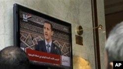 아사드 대통령의 연설을 듣고 있는 시리아인들