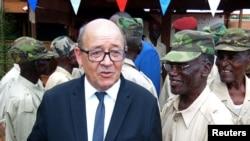 Le ministre de la défense Jean-Yves Le Drian sur la base militaire française Sangaris Mpoko à Bangui, Centrafrique, le 31 octobre 2016.