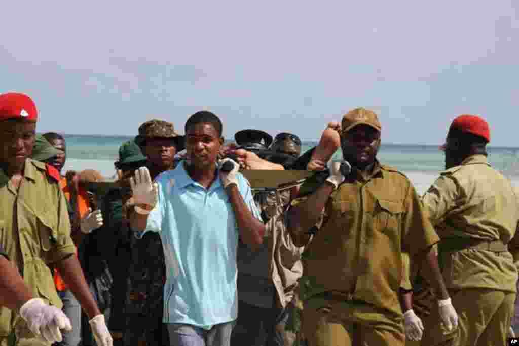 Wanajeshi wakiwasaidia walonusurika kutokana na ajali ya meli ya LCT Spice Islanders, Zanzibar