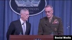 El secretario de Defensa, Jim Mattis, izq) y el general Joseph Dunford insistieron que los blancos fueron estratégicos para evitar herir civiles inocentes.