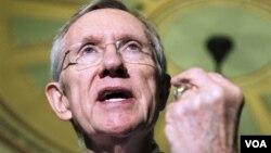 """El líder de la mayoría demócrata en el Senado, Harry Reid, dijo que los uniformes deberían ser """"quemados""""."""
