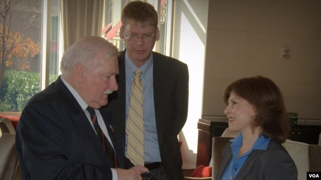 Lech Walesa speaks with VOA's Vivian Chakarian (VOA Photo by Sergei Moskalev)