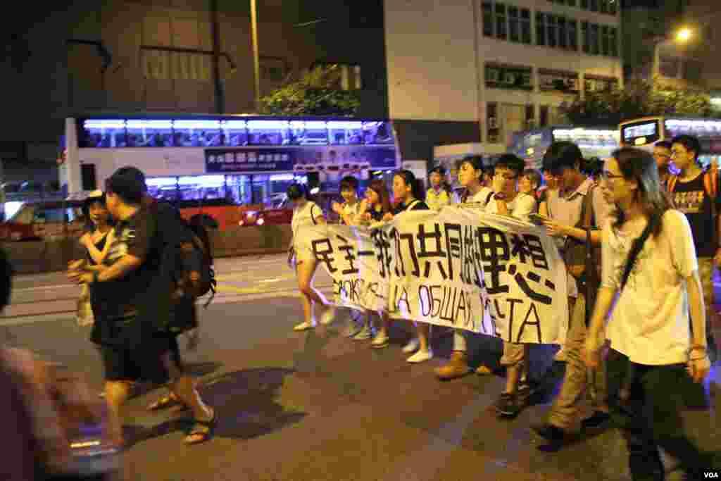 约500港人维园悼念六四后游行至中联办抗议(美国之音海彦拍摄)