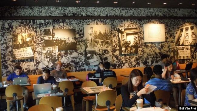 Cà-phê FSM với nhiều hình ảnh về phong trào đòi tự do sinh hoạt chính trị trong sân trường thời thập niên 1960. (Ảnh: Bùi Văn Phú)