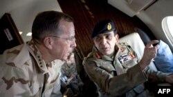 马伦上将(左)与基亚尼将军在空中巡视巴基斯坦北部地区
