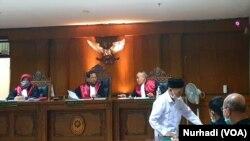 Hakim menjatuhkan vonis masing-masing 1,5 tahun penjara bagi dua guru pembina Pramuka di SMPN 1 Turi, Yogyakarta. (Foto:VOA/ Nurhadi)