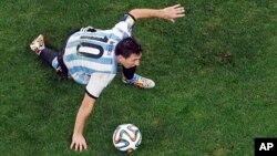 Lionel Messi contrôle le ballon lors de la demi-finale de la Coupe du Monde contre les Pays-Bas au stade Itaquerao à Sao Paulo, Brésil, mercredi 9 juillet, 2014. (AP Photo/Fabrizio Bensch, Pool)