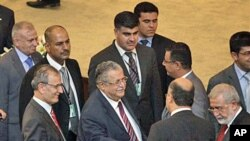Iraq's President Jalal Talabani (C) shakes hands with a lawmaker during a parliament session in Baghdad, 11 Nov 2010
