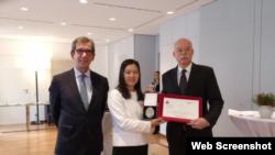 北京人權律師余文生的妻子許艷在領獎後與德法兩國大使合影。 (推特截圖)