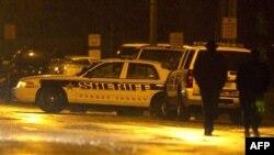 Cảnh sát bên ngoài trường trung học Marinette, ngày 30/11/2010