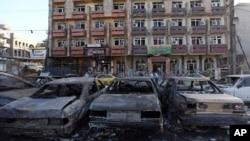 Cư dân xem xét thiệt hại sau vụ đánh bom xe gần một nhà hàng trong khu vực thương mại của trung tâm Baghdad, ngày 29/9/2015.