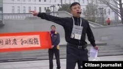袁冬等人在北京西单呼吁官员公开财产和国籍时被警方强行带走(微博图片)