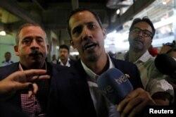 베네수엘라의 임시 대통령을 자임하고 있는 후안 과이도 국회의장이 4일 남미 국가 순방을 마치고 수도 카라카스 인근, 마이케티아 국제공항에 도착했다.