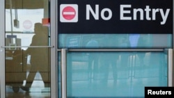 도널드 트럼프 대통령의 제한적 입국금지 행정명령이 발효한 지난 6월 미국 매사추세츠주 보스턴시의 로간공항에서 국제선 이용 승객들이 입국장으로 나오고 있다. (자료사진)