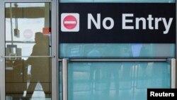 도널드 트럼프 대통령의 제한적 입국금지 행정명령이 발효한 지난 6월 미국 매사추세츠주 보스턴시의 로간공항에서 국제선 이용 승객들이 입국장으로 나오고 있다.