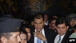 Tổng thống Ecuador Rafael Correa (giữa) sau khi được quân đội giải cứu từ bệnh viện tại Quito