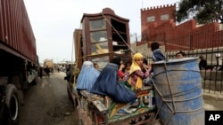 ARSIP – Keluarga pengungsi Afghanistan kelmbali melalui perlintasan di tapal batas dengan Pakisatn (11/3/2015). Torkham, sebelah timur Kabul, Afghanistan. (foto: AP Photo/Rahmat Gul)