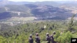 국경지대의 도피자들을 수색하는 시리아 군