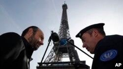 Un officier de police français s'entretient avec le Premier ministre français Edouard Philippe lors de sa visite pour marquer la fin de l'état d'urgence de deux ans imposé en France, Paris, 1er novembre 2017